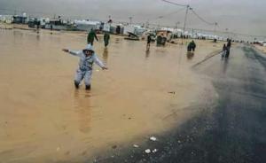 مخاوف من وقوع حالات غرق نتيجة تشكل برك المياه بالزعتري