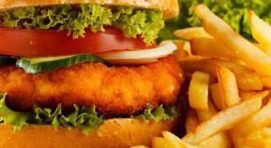 الوجبات السريعة فقيرة غذائيًا ومضرة بالصائمين