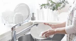 7 نصائح للتخلص من مشكلة جفاف اليدين بسبب غسل الصحون