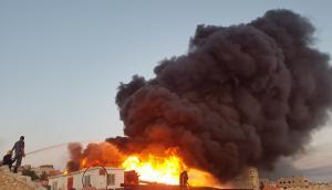 """حريق هائل يلتهم """"انابيب بلاستيكية"""" في المقابلين (صور)"""