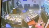 رصاص ودماء في سطو مسلح على محل مجوهرات (فيديو)