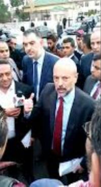 """الرزاز يلتقي المصابين العسكريين أمام """"النواب"""" (فيديو)"""
