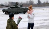 ضابط روسي يطلب حبيبته للزواج مع دبابات! (فيديو)