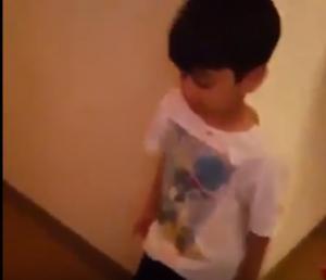 فيديو: خليجي يصور ابنائه بعد شربهم الخمر