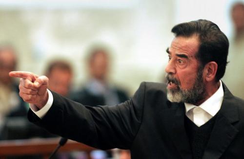 """""""سيلفي"""" مع """"صدام حسين"""" ..  وسط تل أبيب (صورة)"""