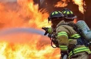 شرطي يلتقط طفلا قفز من نافذة بيت يحترق ! (فيديو)