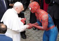 بابا الفاتيكان يلتقي سبايدرمان