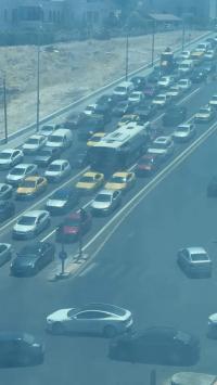 المركبات تزاحم الباص السريع في مسربه (صور)