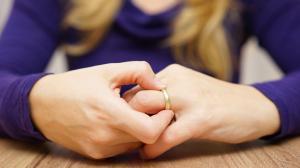 """""""النواب"""" يسمح للمرأة بتطليق نفسها ..  ودورات للمقبلين على الزواج"""