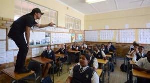 """معلم يستخدم الـ""""هيب هوب"""" لشرح الدروس لطلابه (فيديو)"""