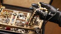 بريطانية تتعرض لسرقة خاتمين ثمينين أثناء احتضارها