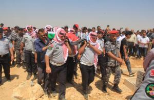 الدفاع المدني يشيع جثمان الشهيد منور السرحان (صور)
