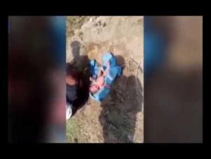 لحظة إنقاذ طفلة دُفنت وهي حيّة (فيديو)