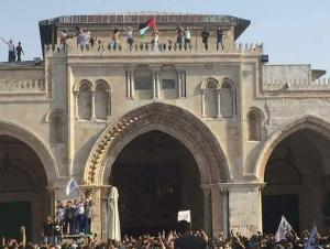 الاحتلال يمنع اسعافهم  .. اصابة 8 مقدسيين في الأقصى