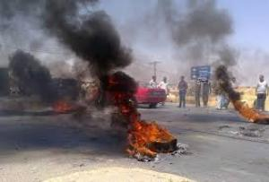 سوريون يغلقون طريق بغداد الدولي بالاطارات المشتعلة
