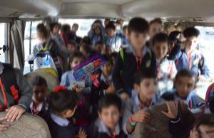 ضبط حافلة مدرسية منتهية الترخيص وبداخلها 45 طالباً! (صور)
