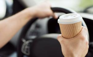 السير تحذر من شرب القهوة اثناء القيادة