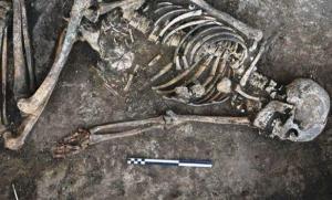 هيكل عظمي عمره 4000 عام يثير حيرة العلماء