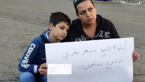 لبنانية تفاجئ المارة بإعلان بيع كليتها لعلاج ابنها!
