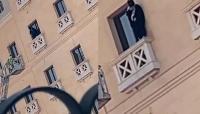 السعودية  ..  انقاذ فتاة حاولت الانتحار من نافذة فندق (فيديو)