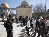 مستوطنون يقتحمون باحات الاقصى بحراسة من شرطة الاحتلال