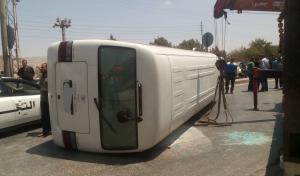 وفاة و16 إصابة بانقلاب حافلة عسكرية بإربد