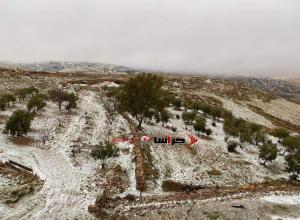 تساقط كثيف للثلوج على مرتفعات الكرك والطفيلة (صور وفيديو)