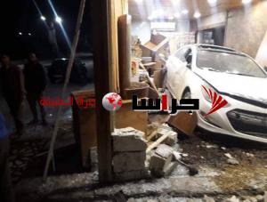 مركبة تقتحم محل قهوة في اربد (صور)