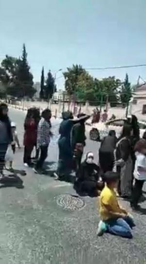 أهالي موقوفي اربد الإداريين يغلقون الشارع (فيديو)