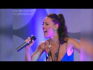 فنّانة تُكمل الغناء بعد تعرّضها لموقف محرج (فيديو)
