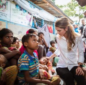 الملكة رانيا تزور لاجئي الروهينغا (صور)
