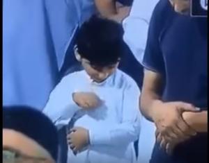بالفيديو ..  طفل يطمئن على العيدية أثناء الصلاة يشعل مواقع التواصل