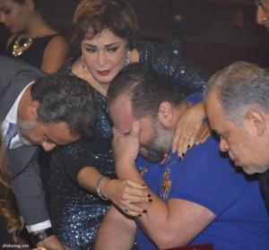 إنهيار نجل محمود عبد العزيز ودخوله في نوبة بكاء شديدة (صور)