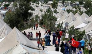 مئة ألف سوري عالقون قرب حدود تركيا