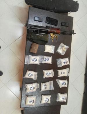 ضبط مخدرات وأسلحة بمداهمة أمنية لمنزل في الضليل
