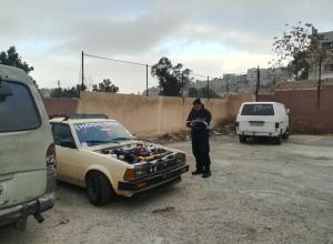 القبض على سائق قاد مركبته بطريقة متهورة في عمان (صور)