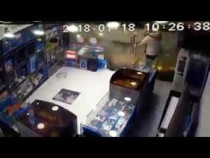 نجاة مواطن من سقوط لوحة اعلانية امام محله (فيديو)
