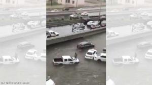 الأمطار تغرق شوارع في جدة (فيديو)
