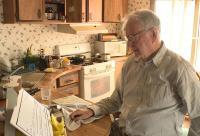 عامل توصيل بيتزا عمره 89 عاما يحصل على مفاجأه من زبائنه (صور)