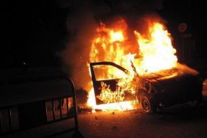 مجهولون يحرقون مركبة ويطلقون النار على منزل في الصريح