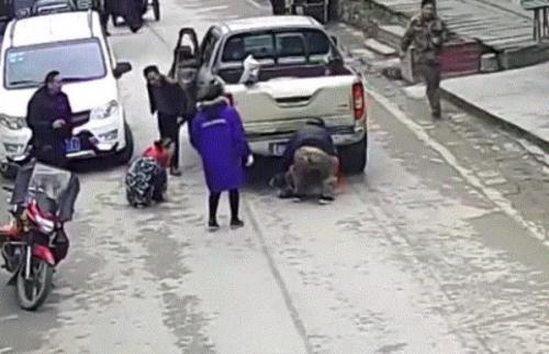حاولت إنقاذ طفلها فصدمتهما شاحنة ! (فيديو)