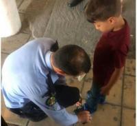 شرطي يثير اعجاب رواد مواقع التواصل (صورة)
