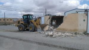 الزرقاء  ..  حملة لإزالة الأبنية المعتدية على الشارع الرئيسي بوادي العش (صور)