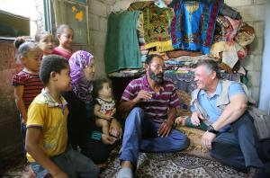 الملك يزور أسرتين فقيرتين في دير علا (صور)