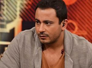 محمد نجاتي يثير إعجاب جمهوره بصوره وهو يقبل قدم والدته (شاهد)
