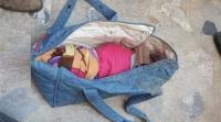 عمان: العثور على طفلة رضيعة داخل حقيبة ملقاة بالطريق