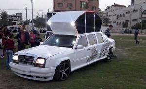 أول سيارة ملكية لزفة العرسان في قطاع غزة