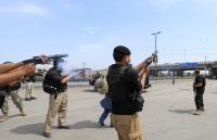 مقتل 10 مسلحين وجنديين في مداهمات باكستانية