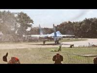 طائرة حربية تتسبب بتطاير شخصين (فيديو)