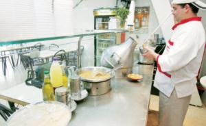 الضريبة تطالب المطاعم الشعبية بتعديل قوائم أسعارها